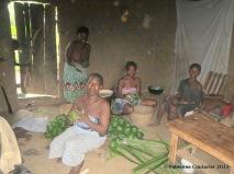 On prépare l'akassa, pâte de maïs fermentée enveloppée de feuilles de palmier.