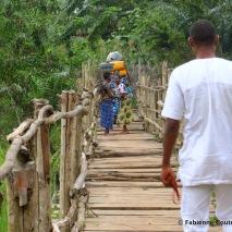 La passerelle qu'on construite les jeunes du village pour n'avoir plus à marcher dans le marais sur le chemin de l'école.