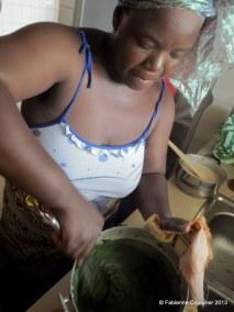 Après avoir mis à bouillir le crincrin dans une quantité équivalente d'eau avec une cuillerée de bicarbonate de soude, bien battre,