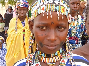 Scarifications, tatouages et maquillage au henné font partie de l'arsenal de beauté des jeunes Peulhes.