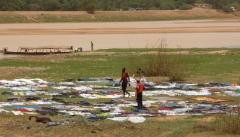 Les laveurs de Niamey. Je me demande si leur blanc est vraiment blanc, au vu de la couleur de l,eau...