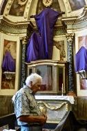 Dans une église de Lima, un peu avant le dimanche de Pâques. Les statues sont voilées en attendant la Résurrection.