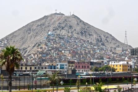 ... et dans les collines qui enserrent la ville, la pauvreté absolue.