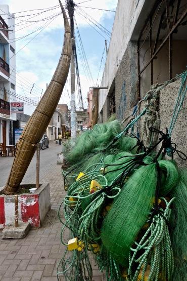 Je croyais que la tradition des caballitos de totora (littéralement: petits chevaux de roseaux) était morte, mais non. On pêche encore comme ça à Huanchaco. Mais pour combien de temps encore?
